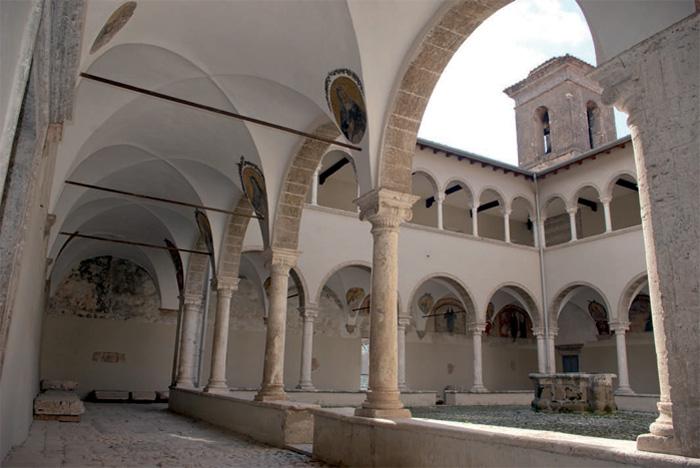 Fig.10 : Cori, convento agostiniano di S. Oliva, chiosto (1480). (Foto E. Alessi).