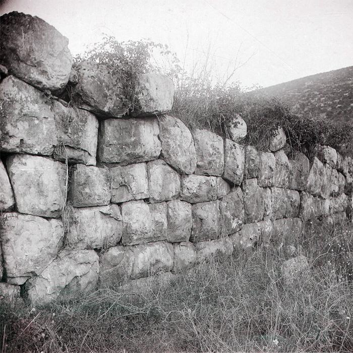 Fig.11 : Il terrazzamento in opera poligonale di Ceriara fotografato dal padre Peter Paul Mackey alla  fine dell'Ottocento. Archive British School Rome.