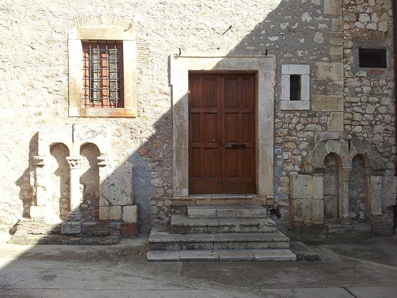 12 - Sezze, Basilica concattedrale di S. Maria: Finestre a bifora del Palazzo dei Canonici, sec. XII-XIII.