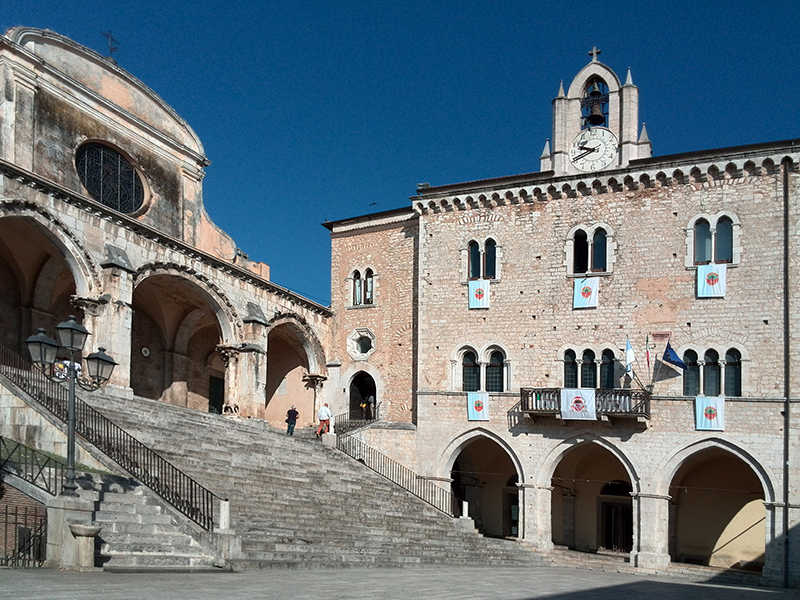 14 – Priverno. Piazza Vittorio Emanuele: Chiesa concattedrale di S. Maria e Palazzo Comunale.