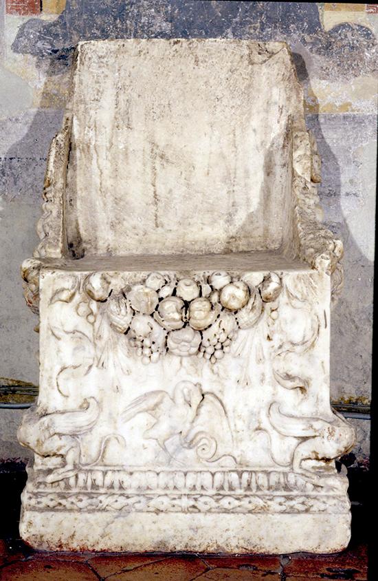 7 – Sermoneta, Collegiata di S. Maria: seggio in marmo, sec. II (Fototeca dell'Ufficio Beni Culturali Ecclesiastici della Diocesi di Latina-Terracina-Sezze-Priverno).