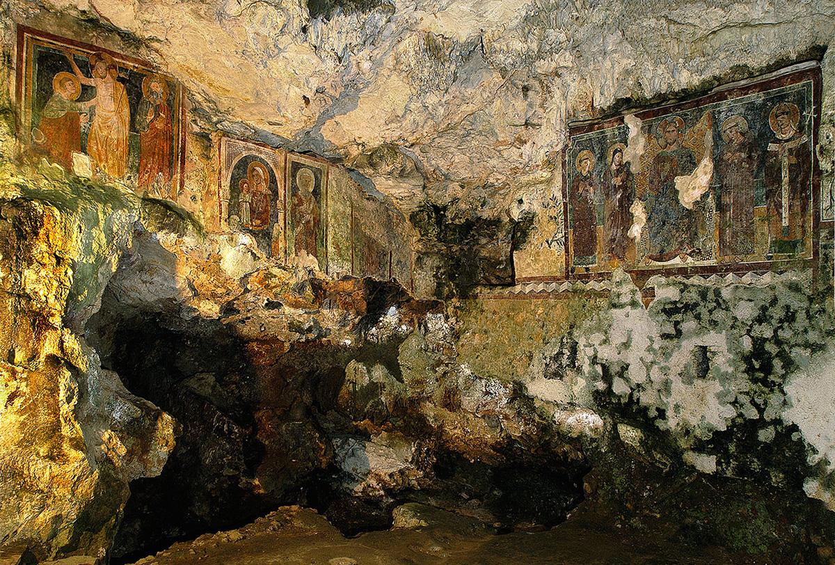 """ill.11 : Santuario del Crocefisso,""""la grotta""""."""
