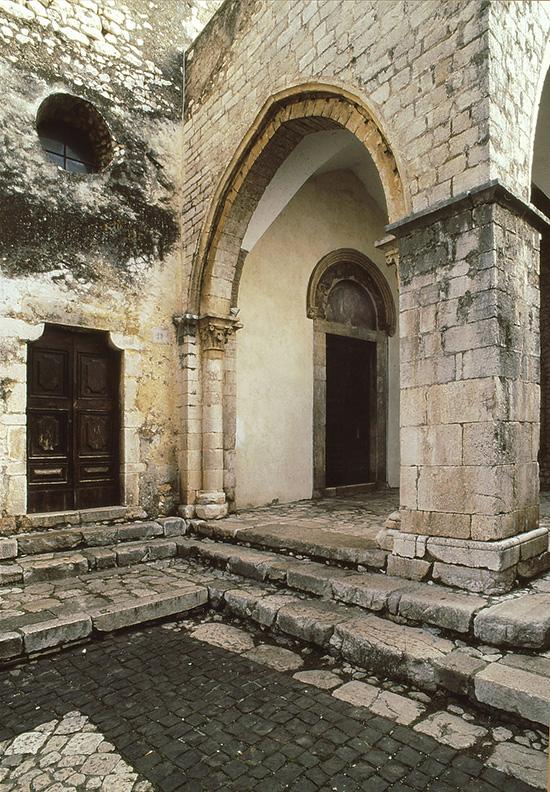 ill.3 : Cappella di Sant'Antonio, portico antistante.
