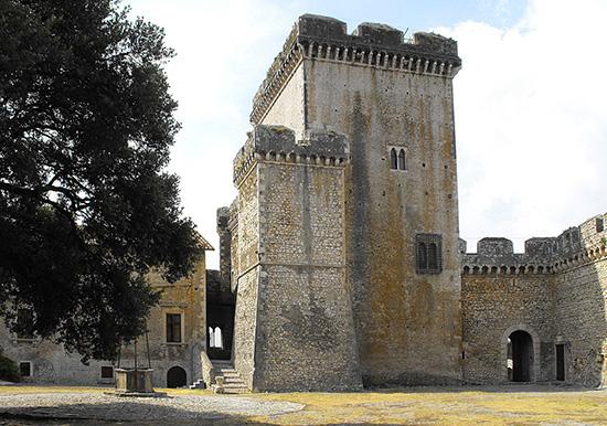 ill. 9 : Castello Caetani, Torre del Maschio e Maschietto, sec. XIII.