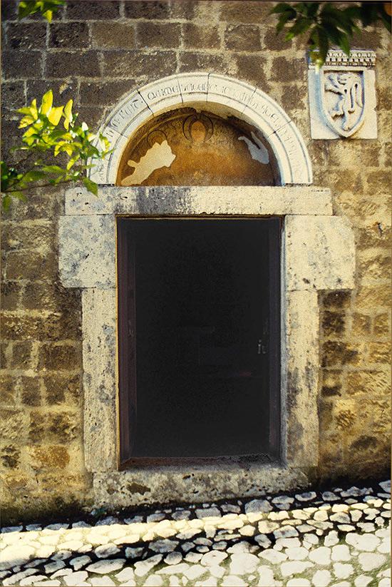 ill.1: Oratorio dell'Annunziata, portale di ingresso.