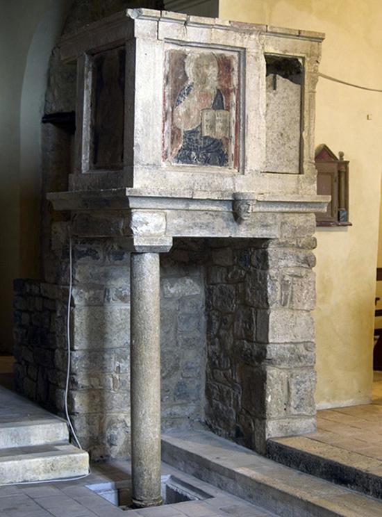 ill.4 : Chiesa di S.Nicola, ambone in pietra.