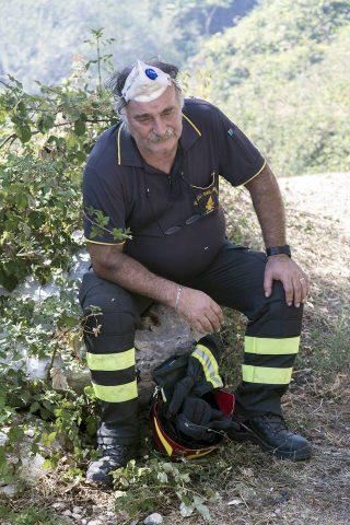 nell'immagine: uno dei Vigili del Fuoco impegnati nella lotta agli incendi di questi giorni [foto Alberto Agostini, dalla pagina Facebook Format online]