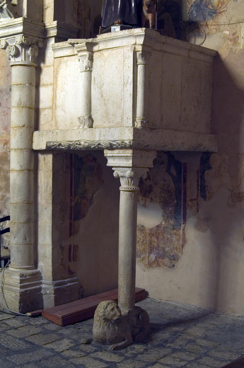 ill.22: Scuola privernate, sec. XIV, Pulpito, pietra calcarea