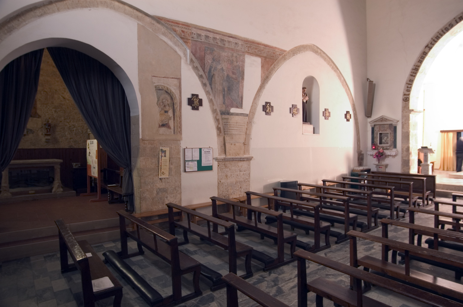 ill.24: Chiesa di SS.Cristoforo e Vito, interno, sec. XIII-XVII