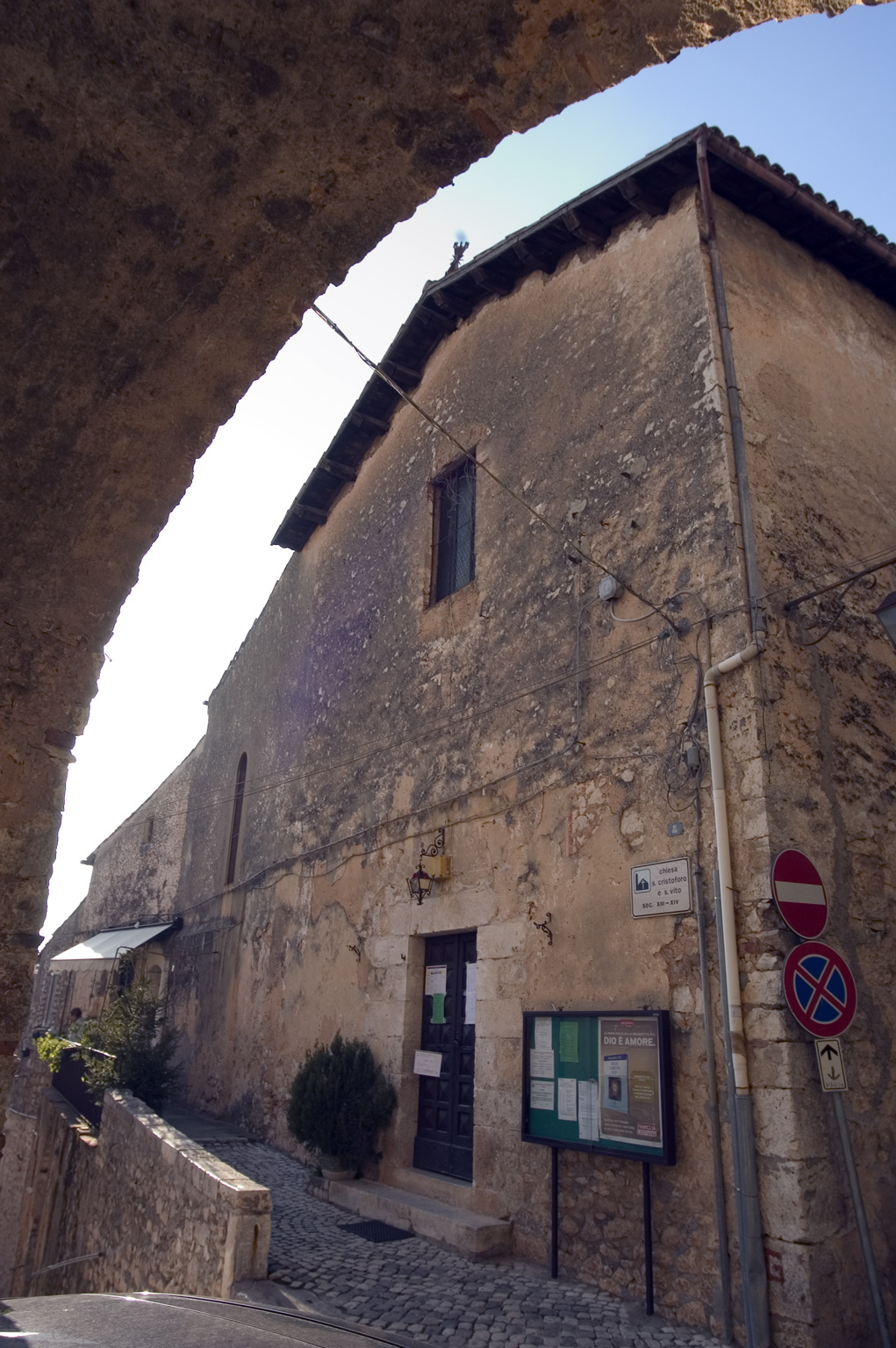 ill.25: Chiesa di SS.Cristoforo e S.Vito, facciata, sec. XIII-XVII