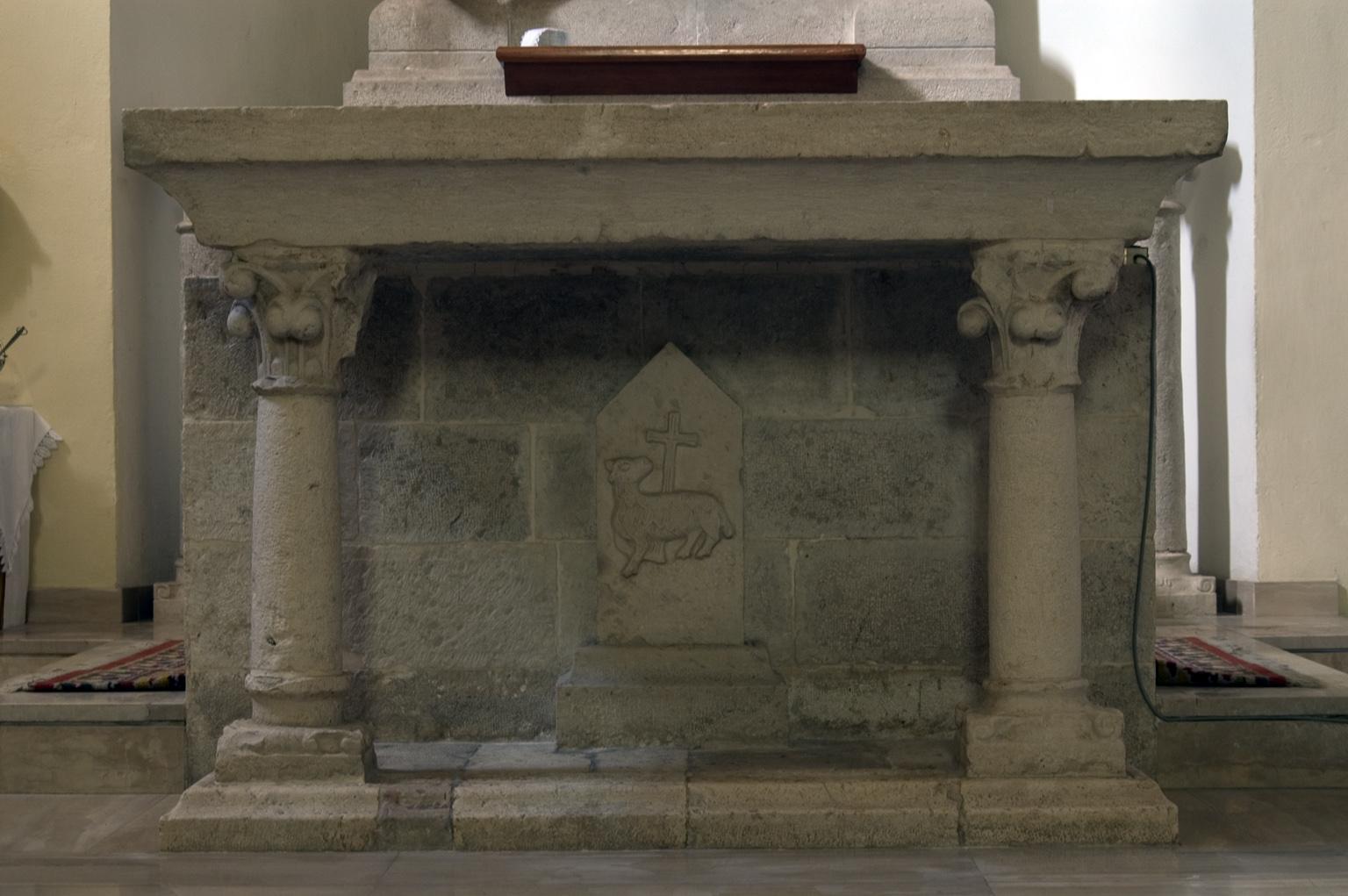 ill.27: Scuola privernate, sec. XIV-XX, Altare con rilievo dell'Agnello mistico, pietra calcarea