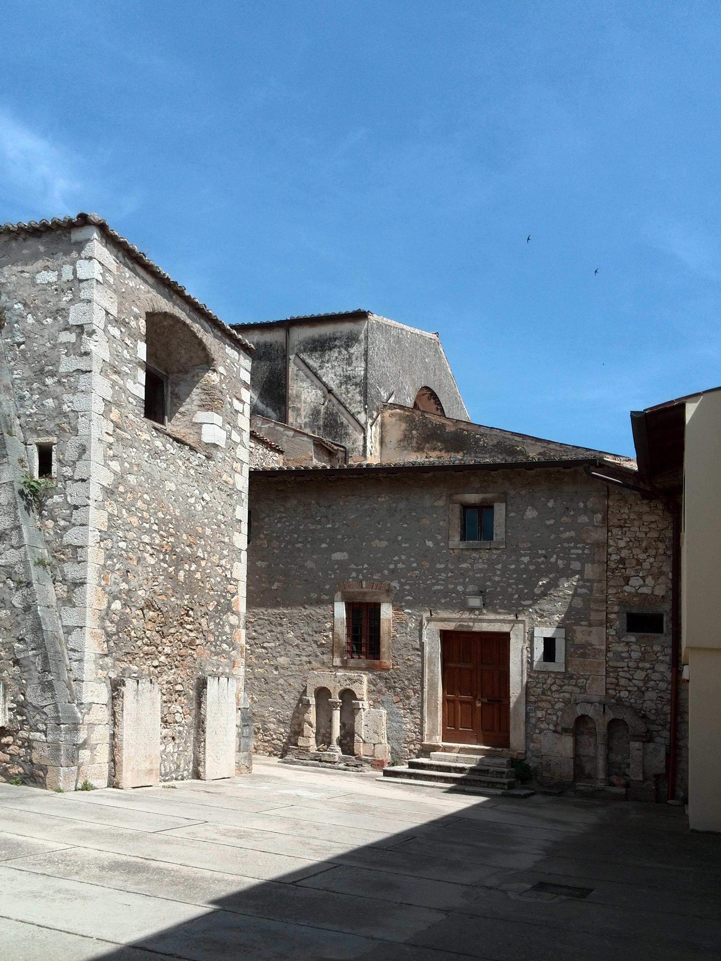 ill.8: Cattedrale di S. Maria, cortile adiacente