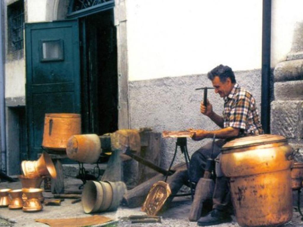artigiano-della-lavorazione-del-rame-1024x768